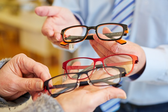 Optician,Offering,A,Customer,A,Choice,Of,Different,Glasses